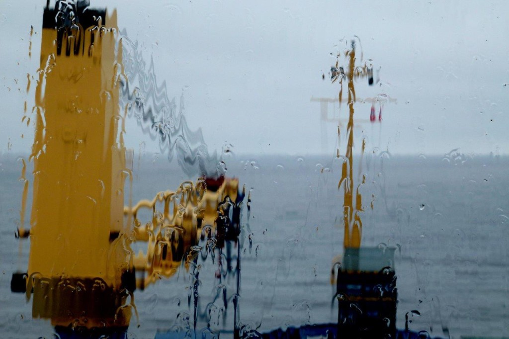 Norveç Denizi'inde yağmur altında