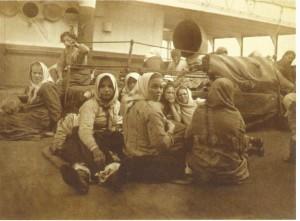 Güverte yolcusu göçmen kadınlar (tarih belirsiz) (Kaynak: Red Star Museum, Ludion, Antwerpen 2013, s. 1)