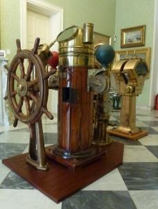 Merkez'de sergilenen dümen dolabı, miyar pusulası ve makşine telgrafı